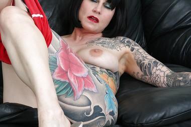 Tattooed Alternative MILF Gives Sloppy Suckjob
